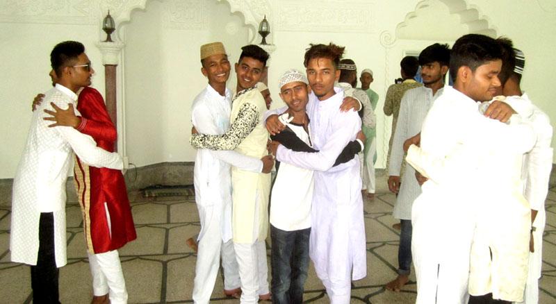 मुस्लिम समुदायद्वारा भव्यताका साथ मनाईदैछ ईद उल  फित्र