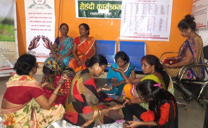 सय महिला ग्राहकलाई सनराईज बैंकद्वारा लगाईयो मेहंदी